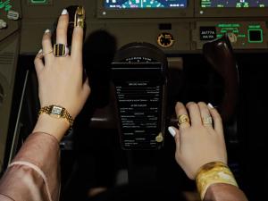 人生を自ら操縦する意志のある手もと。DRIVE MY LIFE