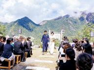 標高1680メートル、南アルプスの山々をバックに永遠の愛を誓う