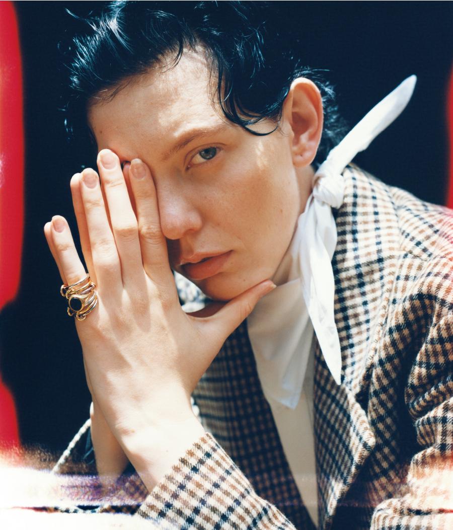 芸術を愛した彼のように、小指にリングを