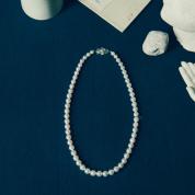 真珠の首飾りの女