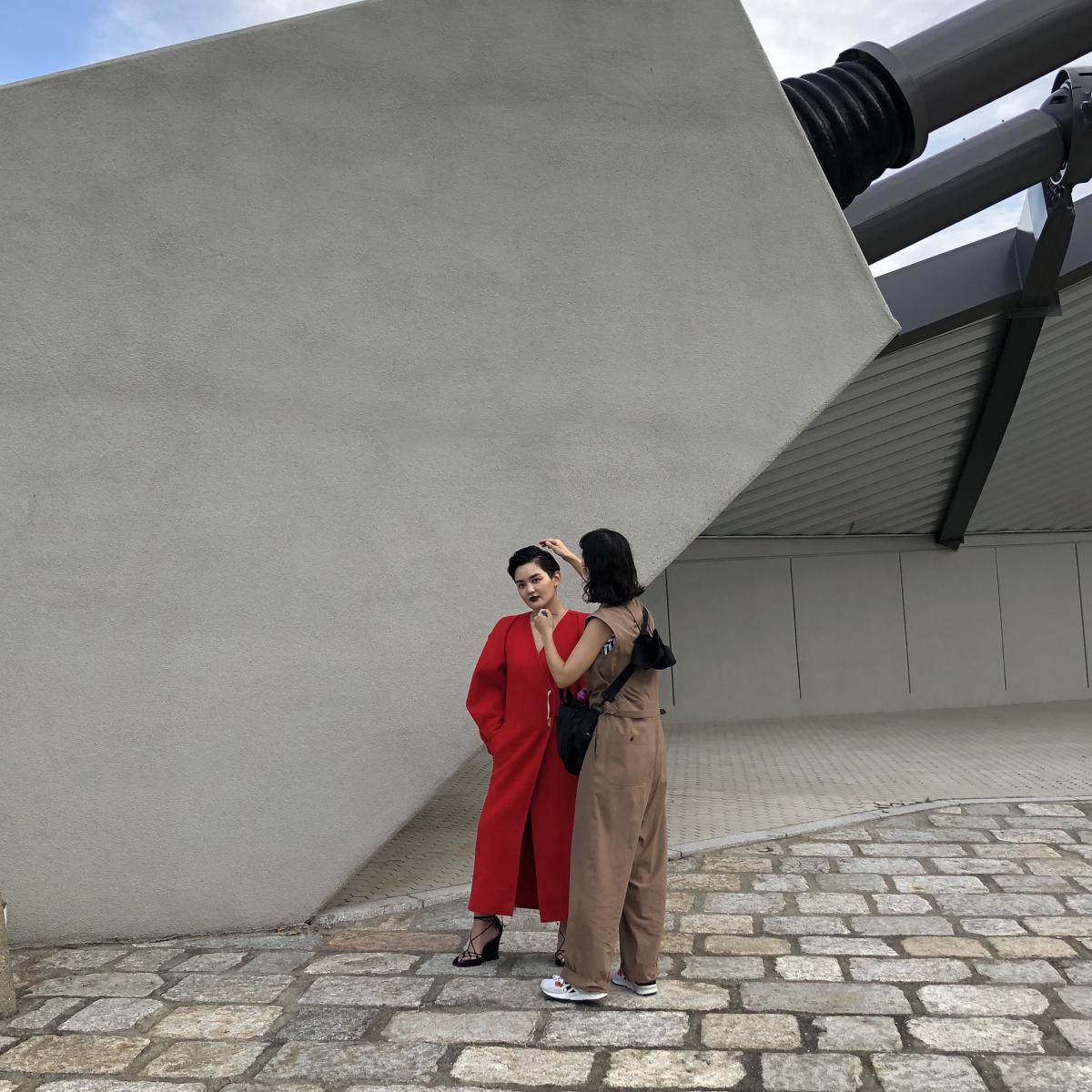こちらは、扉ページにもご登場いただいたみたらし加奈さんとの撮影風景。「勇気が欲しいときに着る」という強い赤を着て