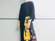 スカーフが印象的なスカート