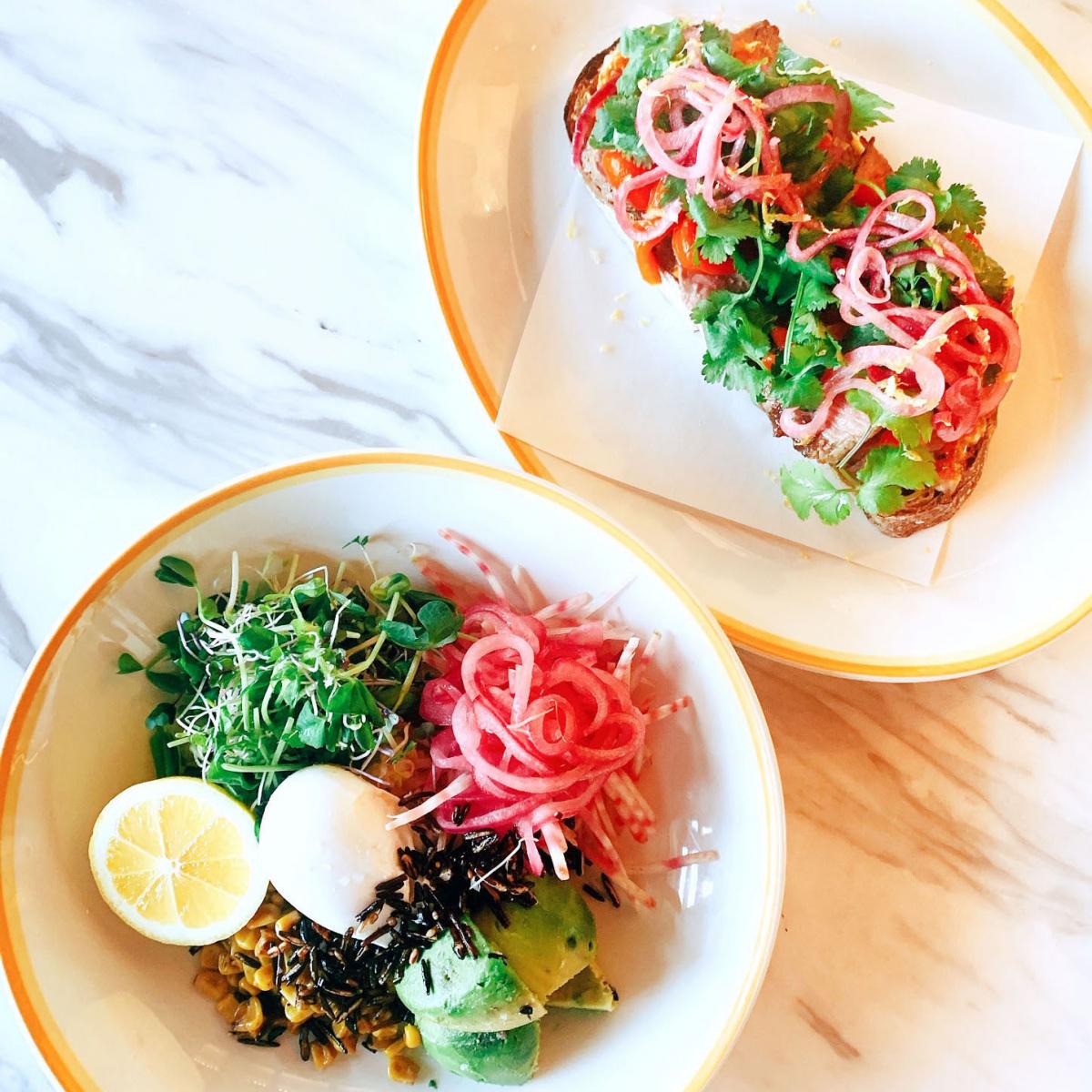 左:ブレックファストサラダ、レモンのドレッシング 右:ステーキのオープンサンドイッチ