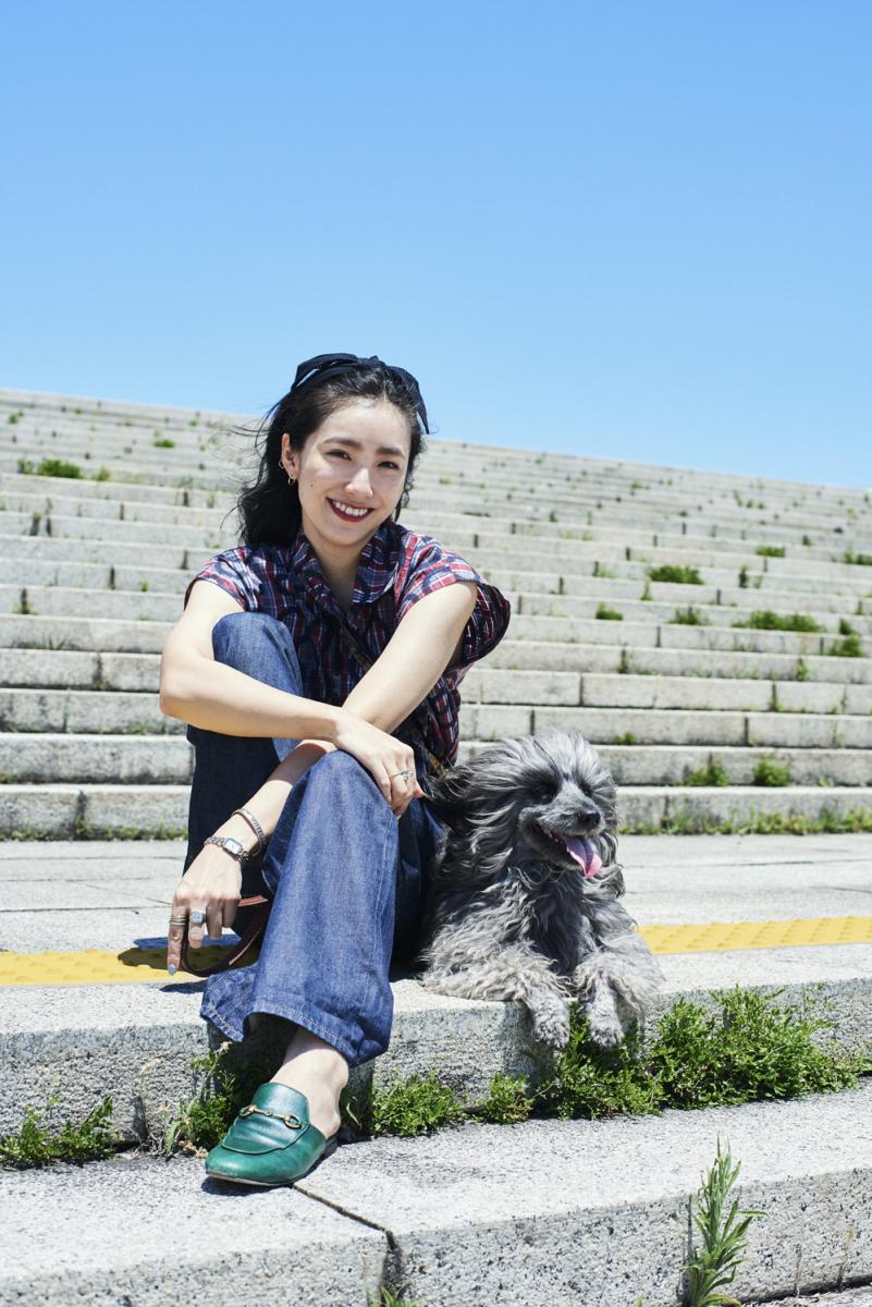 こちらは紙面未掲載カットの中田クルミさんと、5歳を迎える愛犬、おはぎ。撮影中もとてもいい子でした! photography: Yuka Uesawa