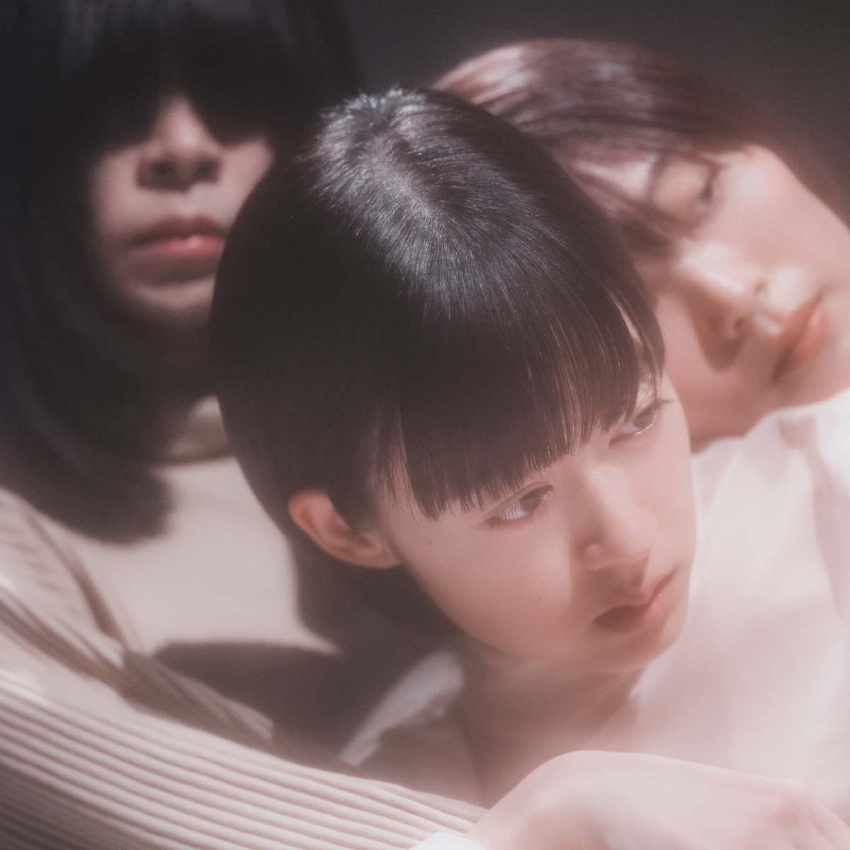 ニューアルバム『POWERS』のジャケ写。以前、SPURのメイクアップ企画で、塩塚さんを撮影したフォトグラファーtokiさんが担当!