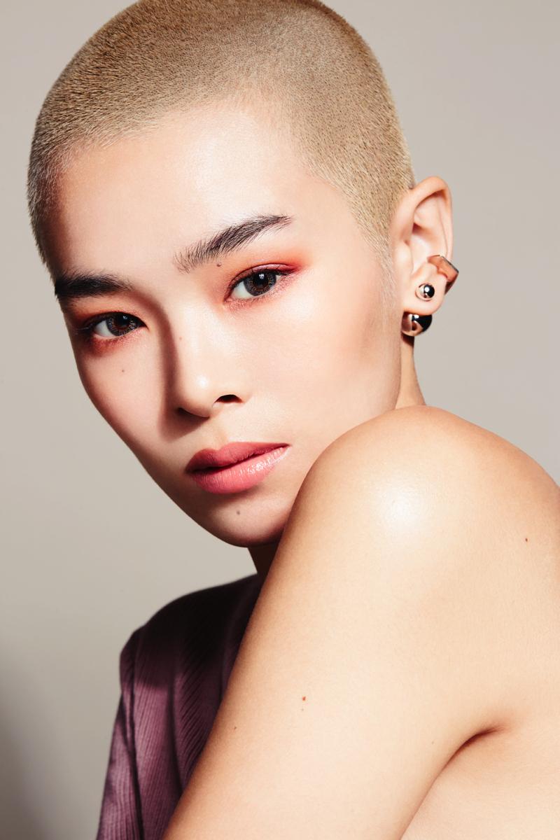 瞳の色をアイシーなグレーに変え、自然なツヤ感のコンシーラーでくすみをカバー。ボルドーのアイラインとヘルシーな血色感をたたえたリップで、センシュアルな表情に。