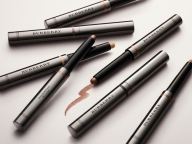 バーバリーから簡単に陰影が作れるペン型アイカラーがデビュー