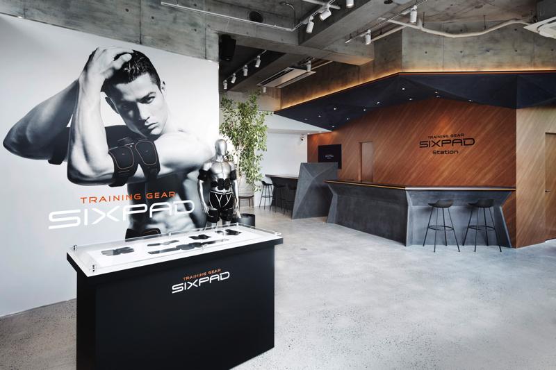 広々としたエントランスでは、SIXPADやサプリメントなどの展示・販売も行っている。