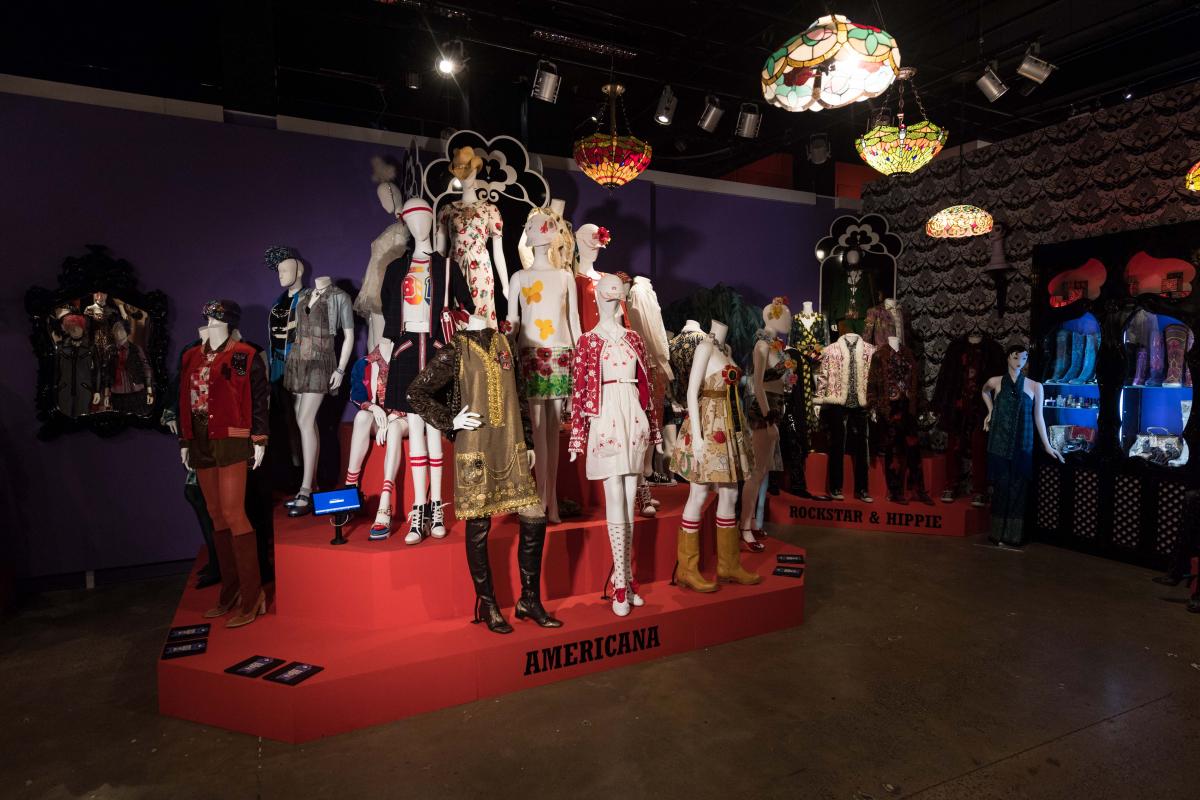 1991年のデビューから現在に至るまでのコレクションを約100点以上展示される
