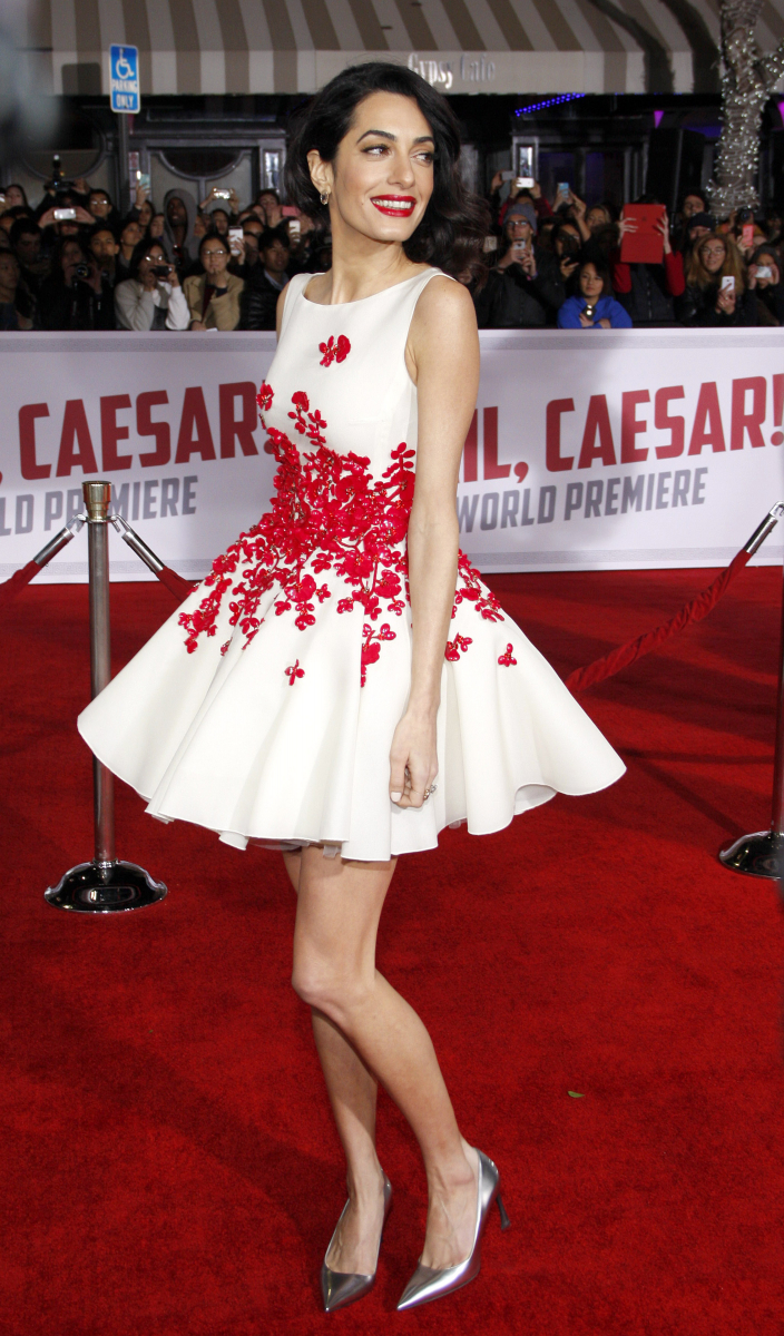 2016年2月、ジョージの主演作『ヘイル、シーザー!』のワールドプレミアムにて。赤を取り入れることの多いアマルだが、この日も洗練のT.P.O.ファッションが炸裂。レッドカーペット、そして映画の題名が白地に赤で書かれていることを鑑みて、ジャンバティスタ・ヴァリのミニドレスで登場。