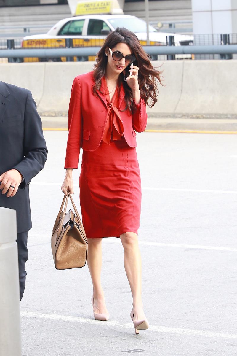 2017年9月、国連本部を訪れるアマルは、情熱的な真っ赤なセットアップで。この日のお仕事バッグはマイケル・コース。色を合わせたベージュのパンプスはマノロ ブラニク。携帯電話片手に闊歩する姿が強く、そして美しい!