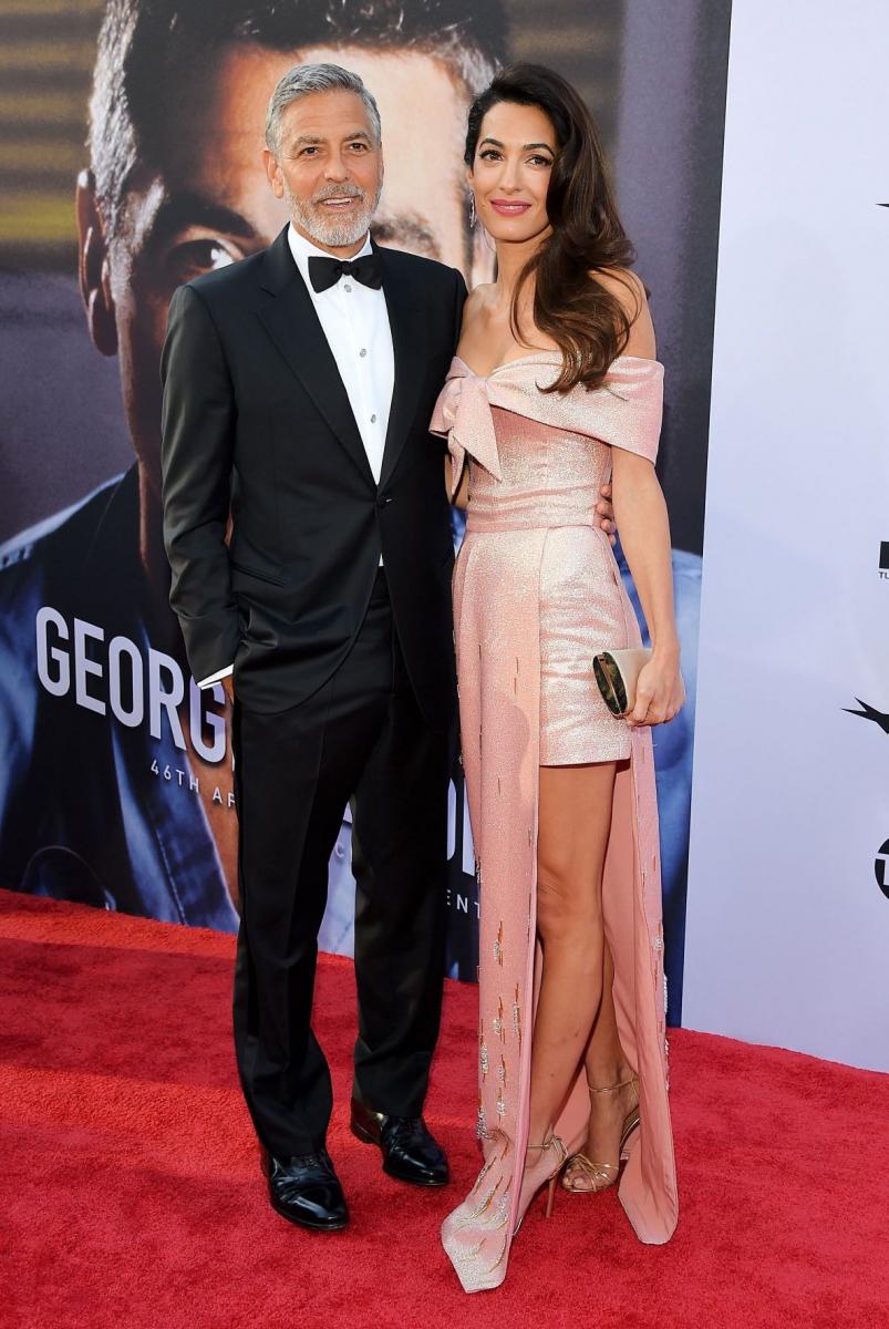 夫、ジョージ・クルーニーのAFI生涯功労賞の授賞式に出席。オフショルダーで、サイドから大胆に美脚が見えるピンクのドレスはプラダ。ワンサイドで揺れるヘアスタイルがお似合い。この日は「彼は完璧な人物で、その笑顔でいつも私をとろけさせてくれます」とコメント。