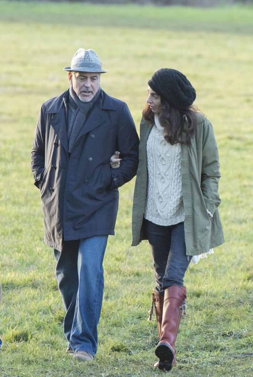 妊娠を発表した直後の2017年1月、イギリスのバークシャー州ソニング村を仲睦まじく散歩する、クルーニー夫妻。広大で美しい自然を堪能するならば、たっぷりとしたアランニットにスキニーデニム、カジュアルな乗馬ブーツ。ゴージャスヘアをすっぽりと覆うボリューミィなニット帽もキュート。