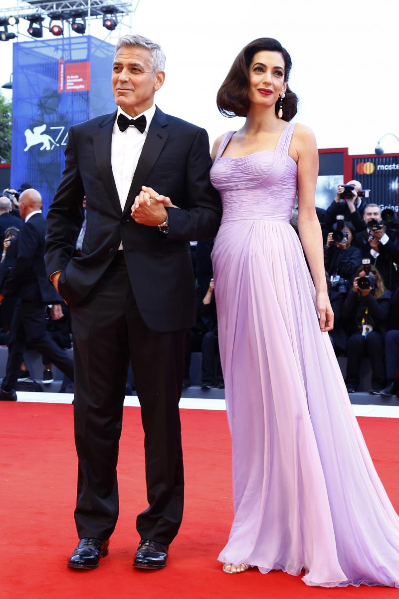 2107年6月の出産後、ママになって初めて公の場に姿を現した、ヴェネチア国際映画祭のレッドカーペット。アトリエ ヴェルサーチの繊細なパープルとピンクのグラデーションドレスに身を包むアマルは神々しさすら漂う美しさ! 胸のサイズ以外は変わらぬスタイルで、体型戻しまで完璧。