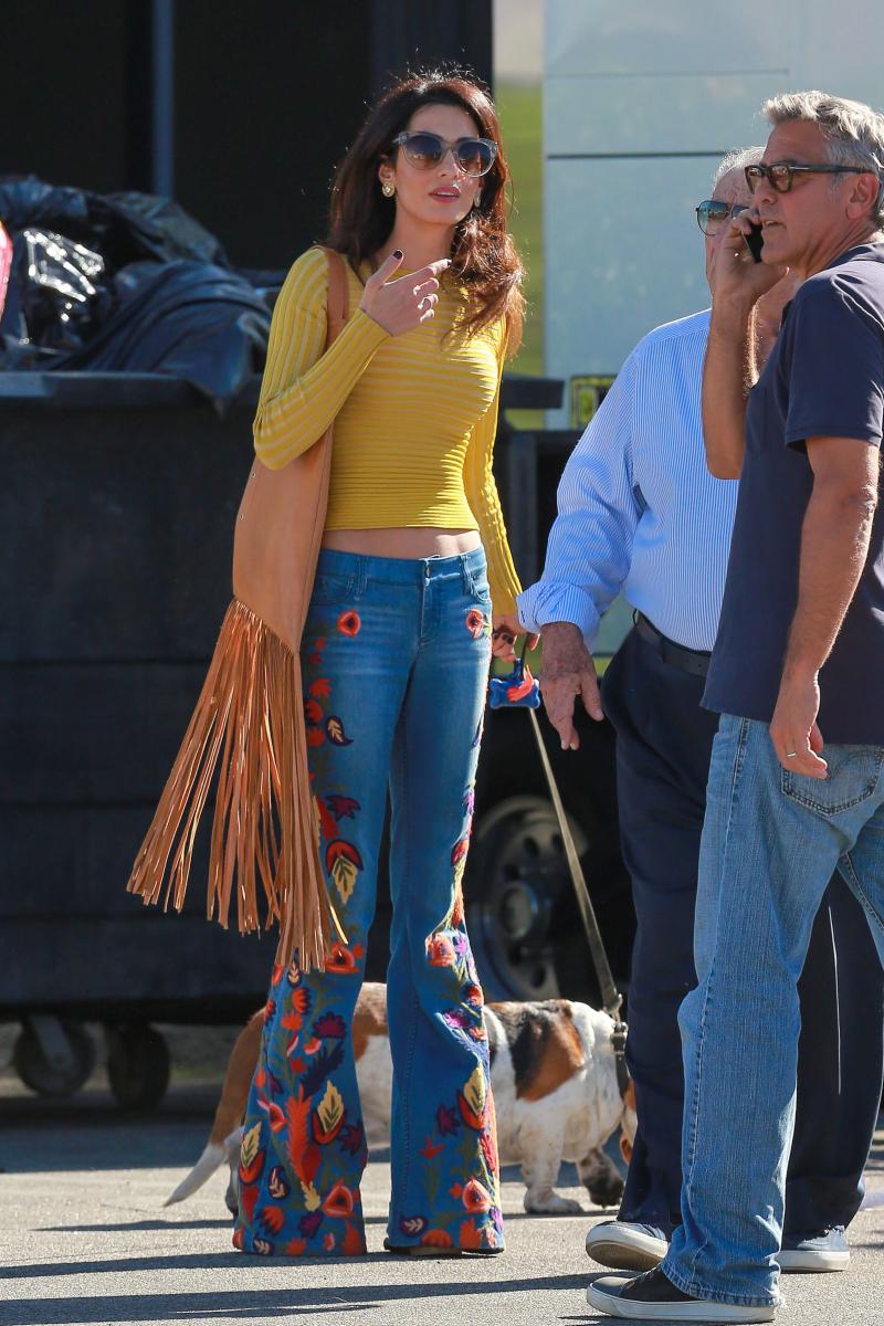 2016年10月、ジョージが監督を務めた映画の現場へ陣中見舞。見てください、一瞬にしてその場が明るくなる、ハッピーなヒッピールックを!刺繍たっぷりのベルボトムデニム、フリンジが揺れるバッグ、そして肌をチラ見せさせたニットトップス。さらに、側には愛犬のバセットハウンド。
