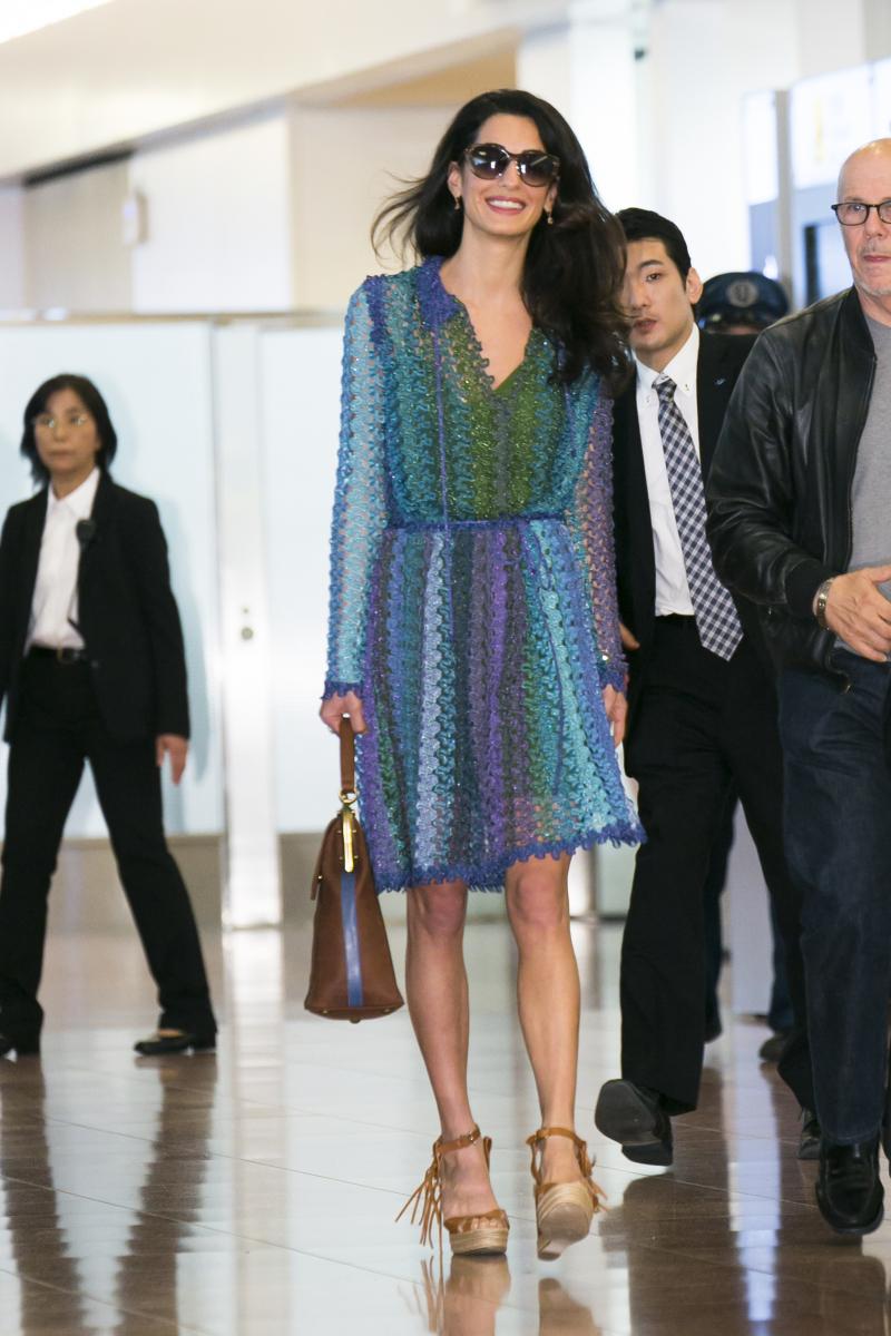 2015年5月に公開されたディズニー映画『トゥモローランド』のプロモーションのため、夫とともに来日したアマル。空港に降り立つ際に選んだのは、ミッソーニのグラデーションドレス。シワになりにくく、華やかで旅にぴったり。