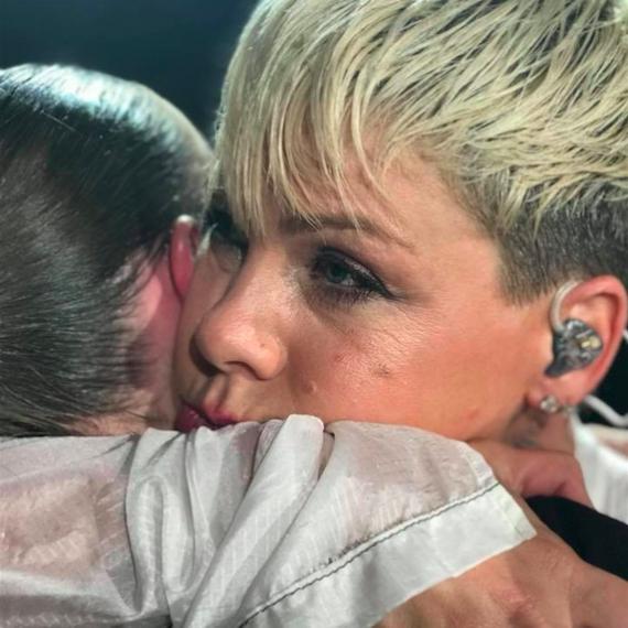 母を失ったファンのために、コンサートを中断したピンク。「天国からのハグ」に世界中が涙