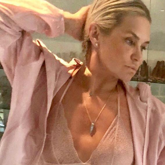 元スーパーモデルのヨランダ・ハディッド、55歳のランジェリー姿で世界を圧倒!