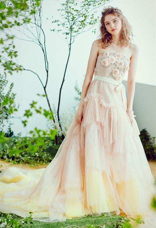 少しずつ色味が変化して幻想的なグラデーションカラーのドレス。立体的なラッフルフリルが華やかな印象をプラス。