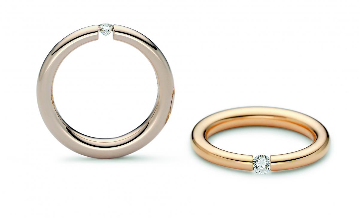 ダイヤモンドのサイズは0.12ct、0.16ctの2種類。素材はプラチナまたはニーシングのオリジナルカラーゴールド4種類からセレクトできる