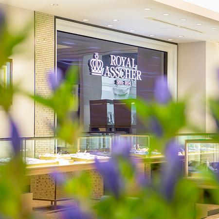 国内では銀座本店に続き2店舗目の路面店となる。  今回オープンする福岡天神店では、ブランドカラーであるロイヤルブルーを基本に、重厚感のあるベージュカラーを採り入れた店内となる。ブランドのレジェンドを象徴するカリナンダイヤモンドをあしらった王笏・王冠の