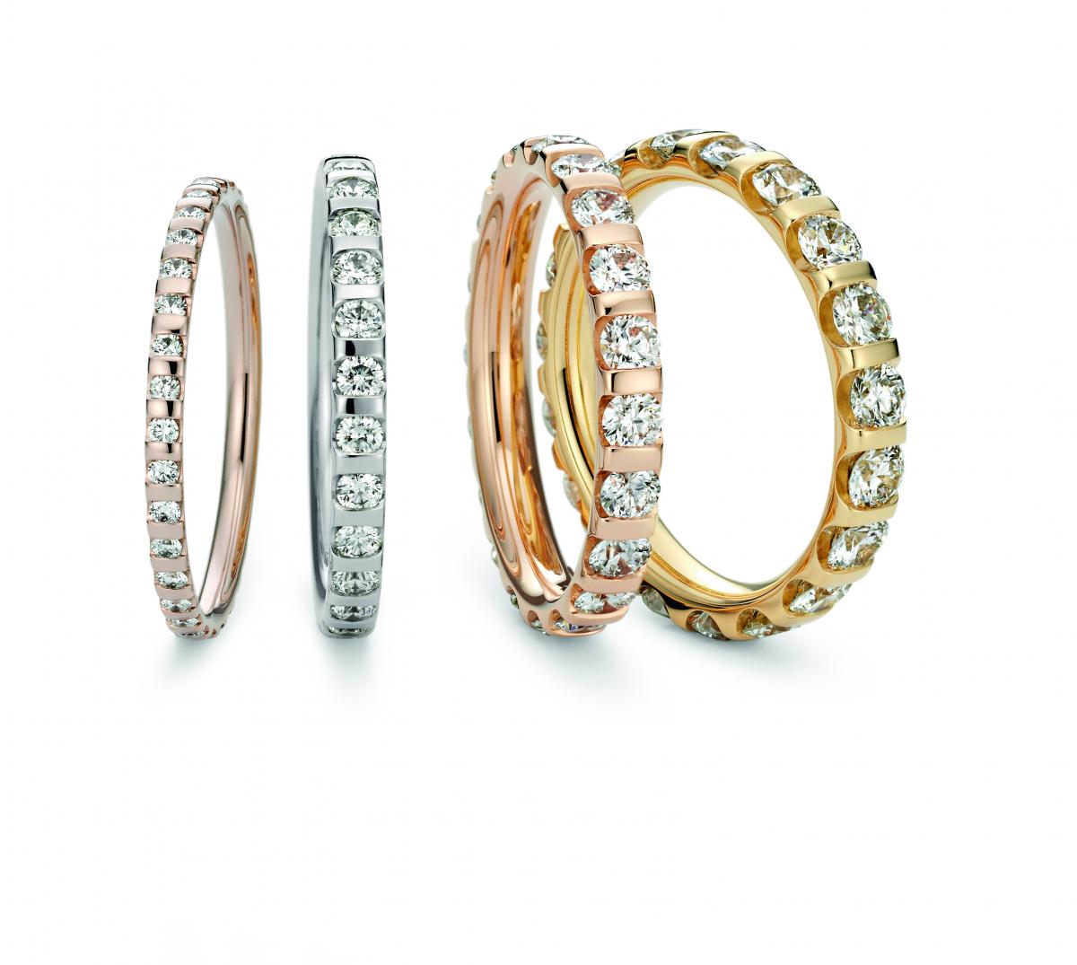 ハーフエタニティの場合 Diamond0.01ct~ K18 ¥162,500~、Pt950¥180,500~ ダイヤモンドのサイズは0.01ct、0.03ct、0.07ct、0.1ctの4種類。素材はプラチナまたはニーシングのオリジナルカラーゴールド5種類からセレクト可能