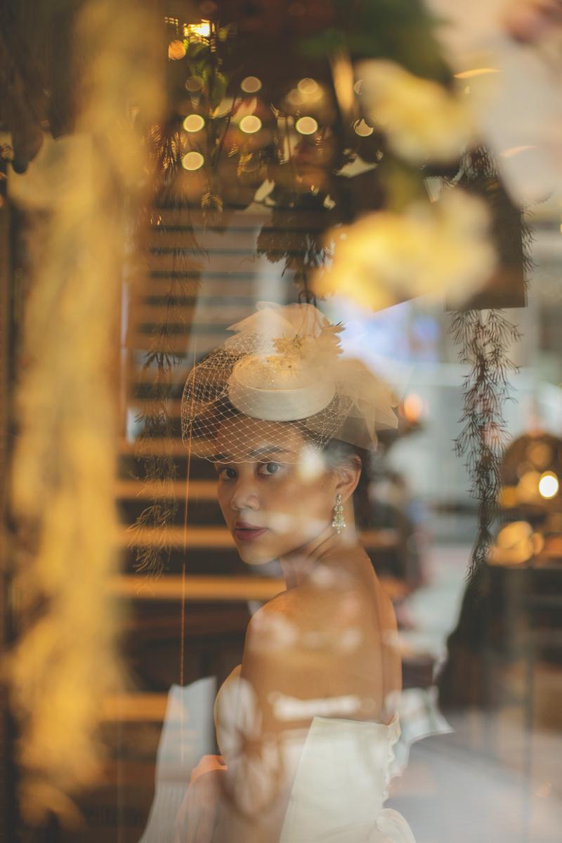 ヘッドアクセサリーは花嫁のおしゃれ度を左右する重要なアイテム。チュールが上品なハットは大人花嫁にもぴったり。