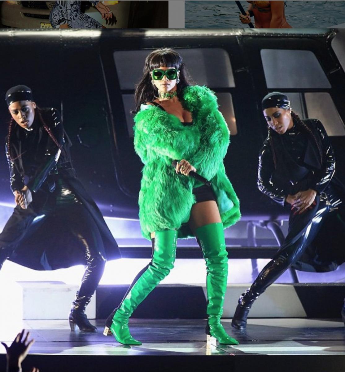 2015年に行われたライブにて『ビッチ・ベター・ハヴ・マイマネー』を歌うリアーナ。ステージ上でのオーラもスタイルも、デビュー当時よりもはるかにアップデートされている!