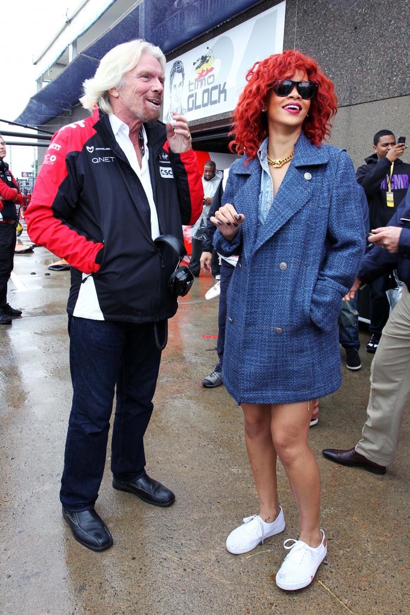 2011年、F1のカナダ決勝の観戦へ。ワンピースのように纏ったクラシカルなジャケットを、真っ白のスニーカーでフレッシュに着こなすも、真っ赤なヘアが存在感抜群。周囲の人々は彼女に気を引かれ、カーレースどころではなかったかも!?
