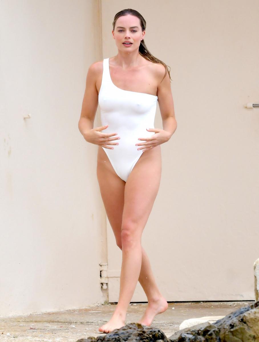 旬の女優、マーゴット・ロビー(28)の貴重な水着姿をキャッチ! 身につけたのは、片側ストラップのアシンメトリーな水着。彼女の純粋な心を表現しているかのような、淀みのないホワイトがよくお似合い。