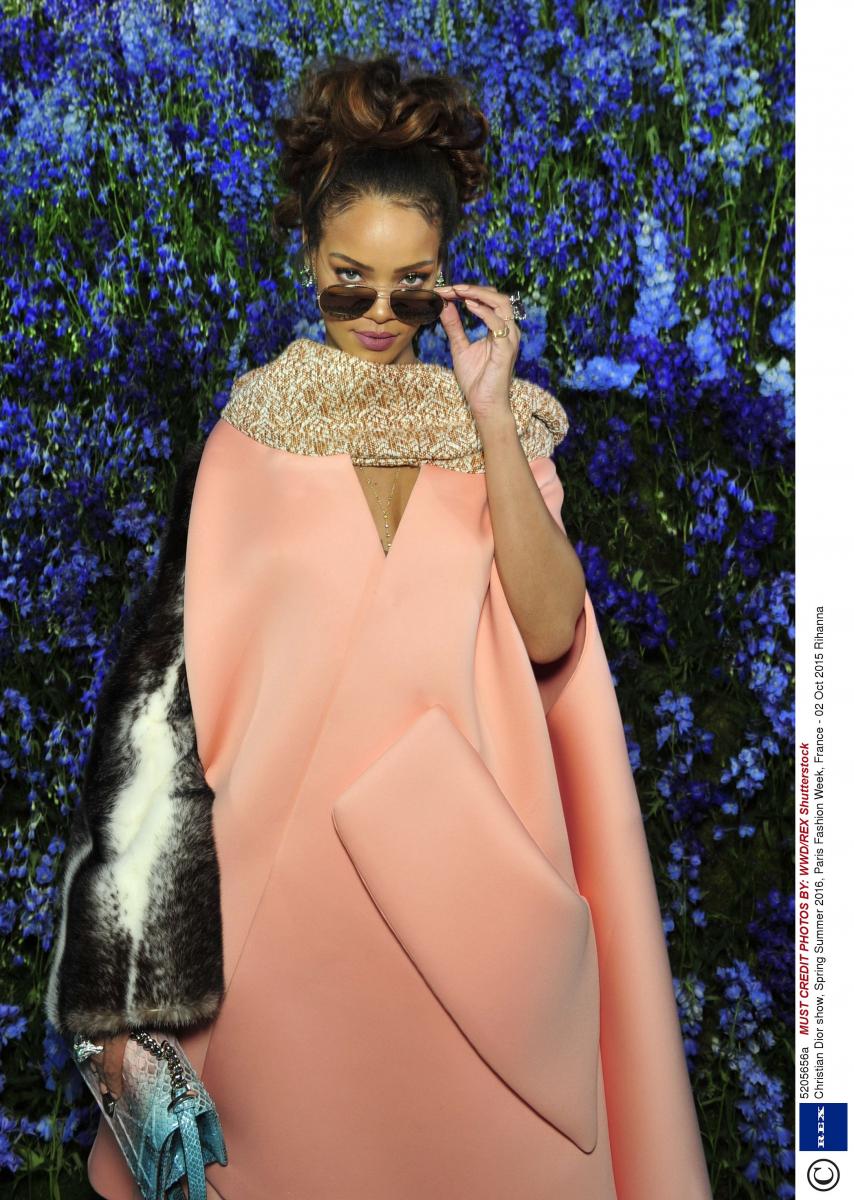 2015年にディオールのサングラスのキャンペーンムービーに出演したリアーナは、もちろん2016年春夏ディオールコレクションに足を運んだ。鮮やかなカラーリングが多い印象だが、パステルピンクのコートも難なくマッチ。