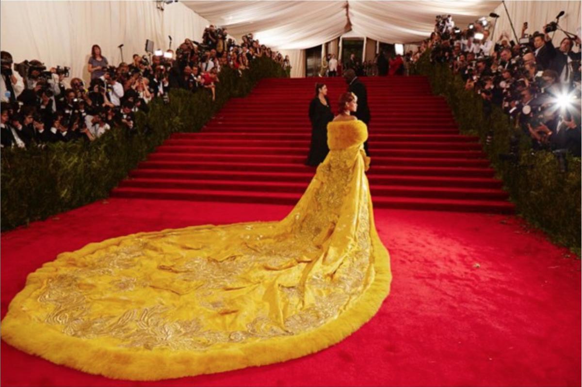 リアーナの特に気合の入ったスタイルが見られるのが、1年に1度のファッションの祭典メットガラ。2015年に纏ったグオ・ペイによるドレスは、トレーンの長さ約4.8m、総重量25kg。この年のメットガラの話題をさらっただけでなく、ファッション界で語り継がれる着こなしとなった。