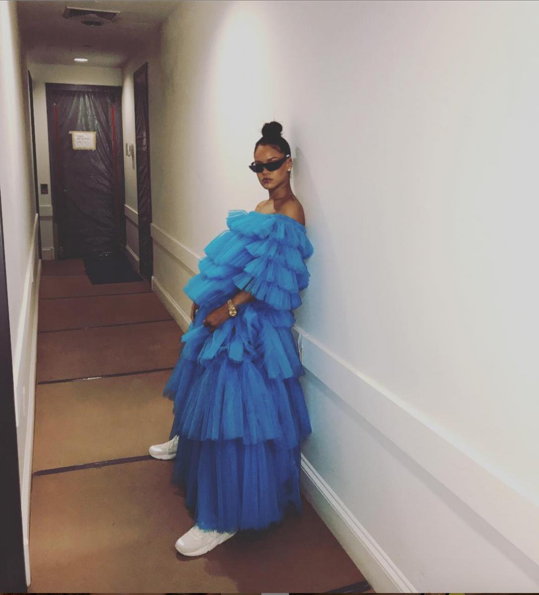 2017年、目を見張るようなボリューム感のある青いドレスに白のスニーカーを合わせたリアーナ。ここまで華やかなドレスをカジュアルに落とし込むテクニックは、お見事! 独自のスタイルを確立させたことを裏付けるような着こなしに。
