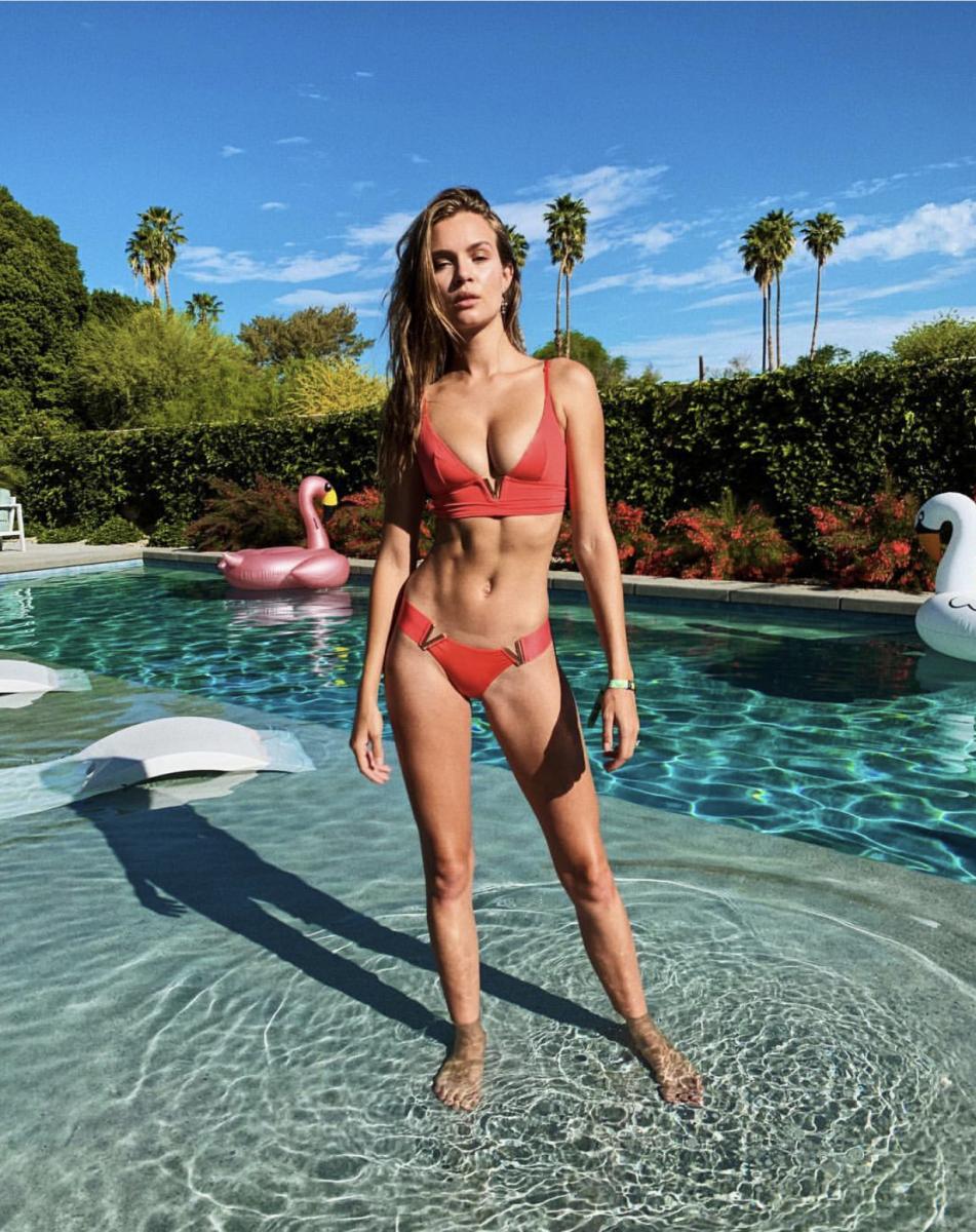 同じくコーチェラ・フェスティバルに訪れたのは、ジョセフィーヌ・スクリバー(26)も同様。シルバーのVのアクセサリーが光るスパイシーなビキニが、日焼けした健康的な肌にマッチ。