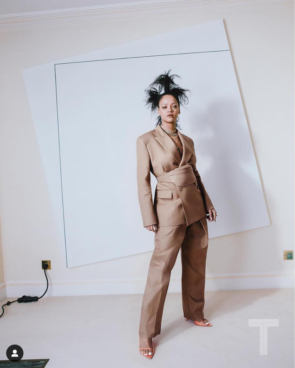 今年5月にファッションブランド「フェンティ」を始動させると、世界中で一大センセーションに!こちらはファーストコレクションで発表した、ベージュのオーバーサイズのセットアップ。たっぷりとあしらった大きなネックレスやペールオレンジのサンダルで女性らしさをプラス。