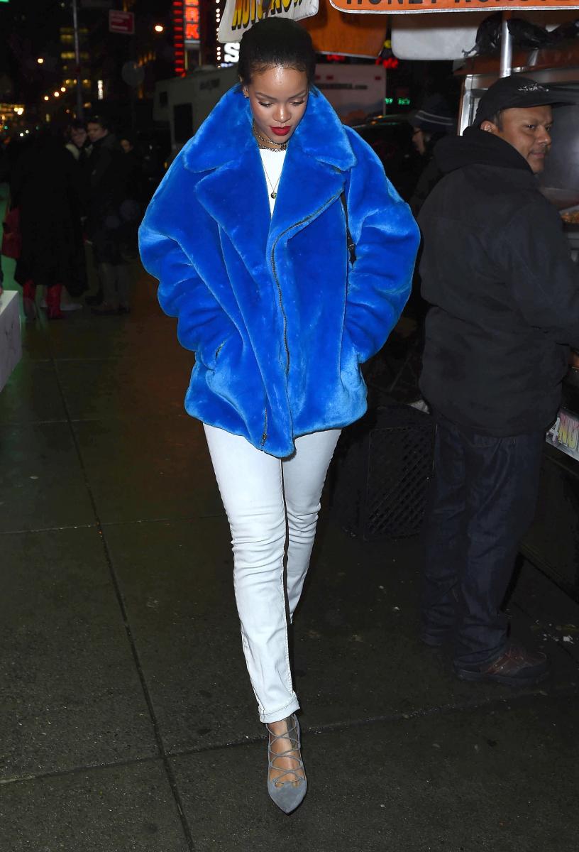 きれいめのパンツやシューズをセットし、ボリュームたっぷりの鮮やかなブルーのファーコートを引き立たせた、2014年のリアーナ。道を歩く姿でさえ絵になる!
