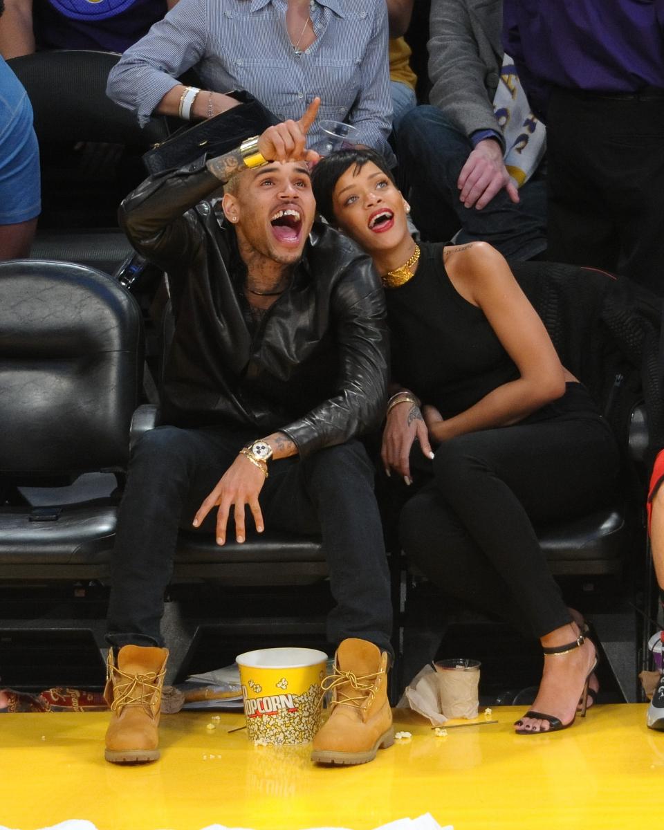 2012年クリスマス、リアーナの歴代恋人のなかでも最も注目を集めてきた元恋人のクリス・ブラウン(30)とバスケットボールの観戦へ。この頃復縁が噂されていたけれど、着こなしをモノトーンで揃えた2人はすでにヨリを戻していたのかも?