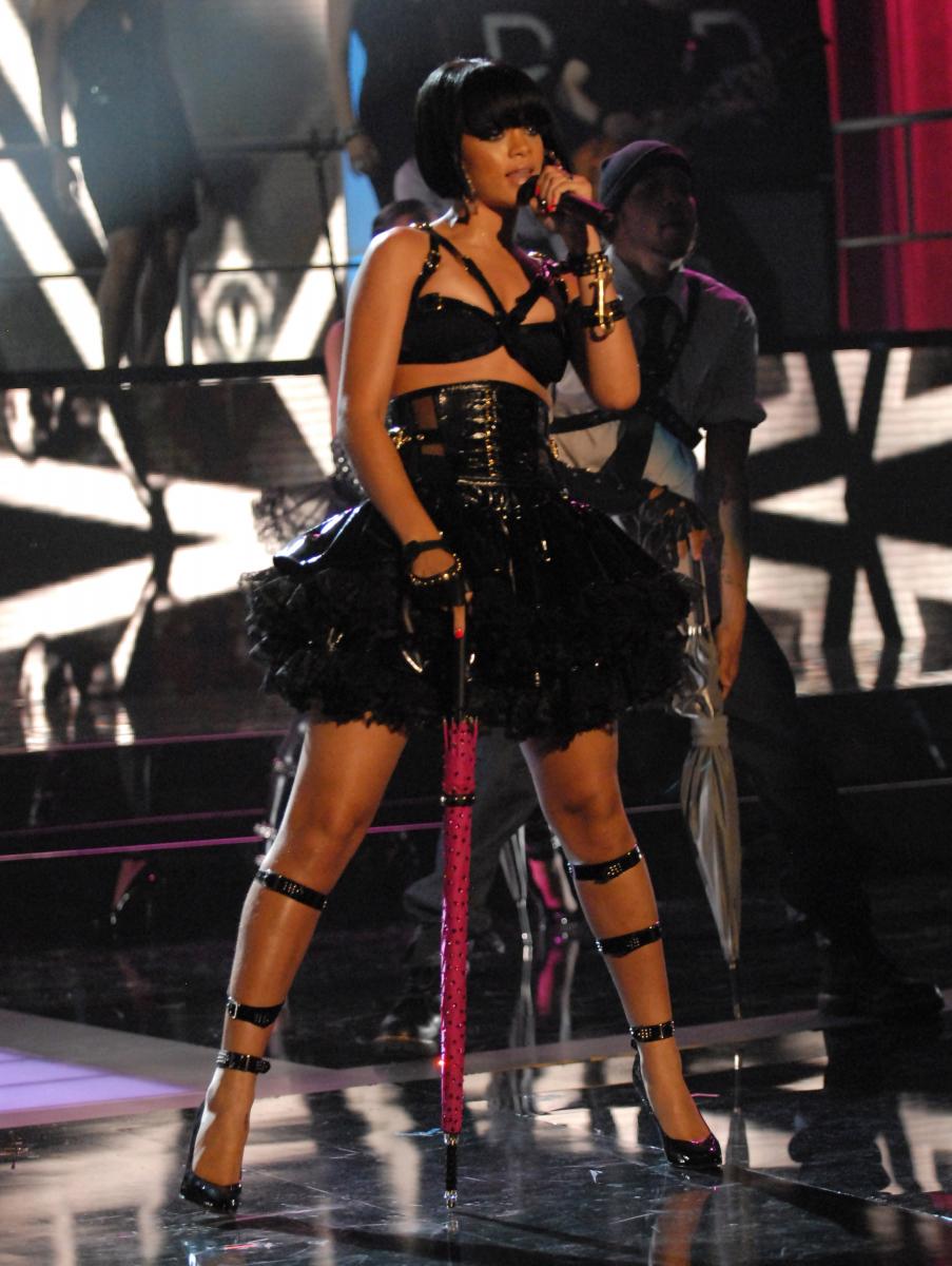 2007年MTVビデオ・ミュージックアワードにて、第50回グラミー賞など計5つの賞を受賞。彼女が世界的スターとして輝くきっかけとなった『アンブレラ』を、セクシーなボンテージスタイルで熱唱。