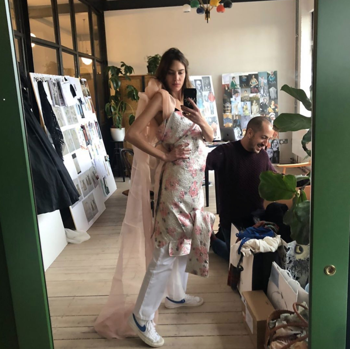 【アレクサ・チャン】白×ネイビーの万能スニーカーをチョイス