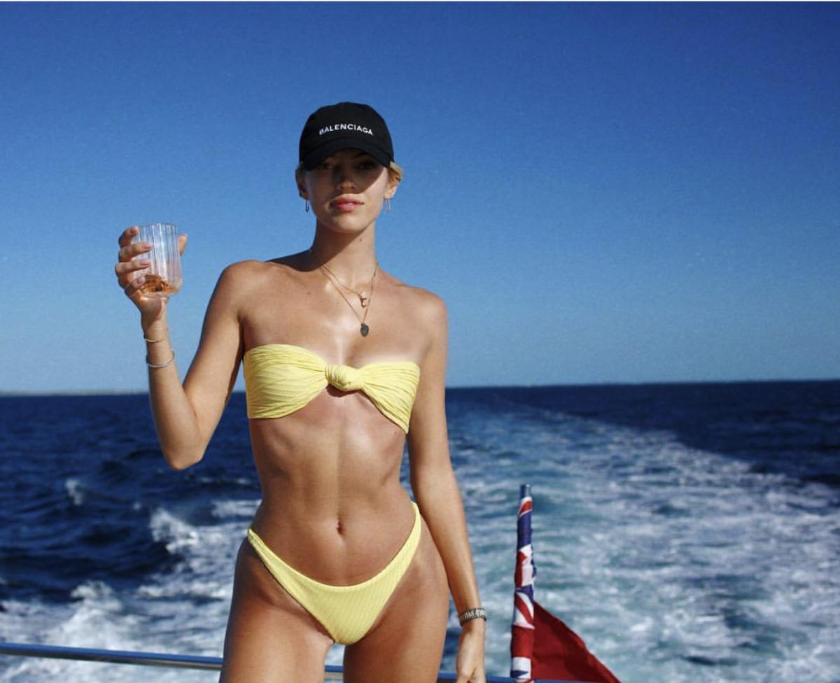 ヴィクシーモデルのデヴォン・ウィンザー(25)は、ミニマルなビキニにバレンシアガのキャップをオン。ボーイッシュなスタイルだからこそ、揺れるイヤリングやレイヤードしたネックレスなど、女性らしいアクセサリーが光る!