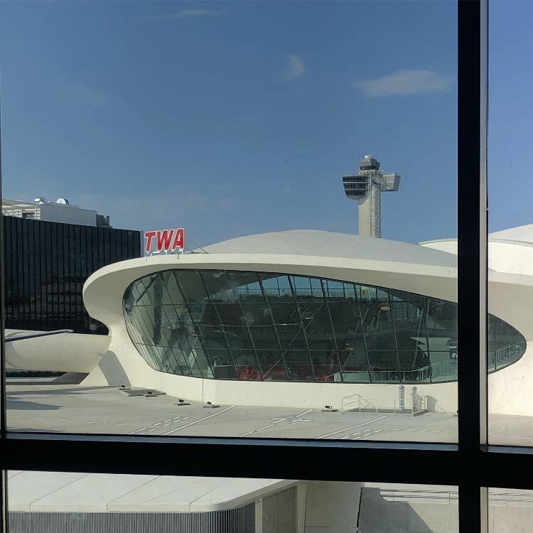 ジョン・F・ケネディ国際空港のTerminal5にあります。