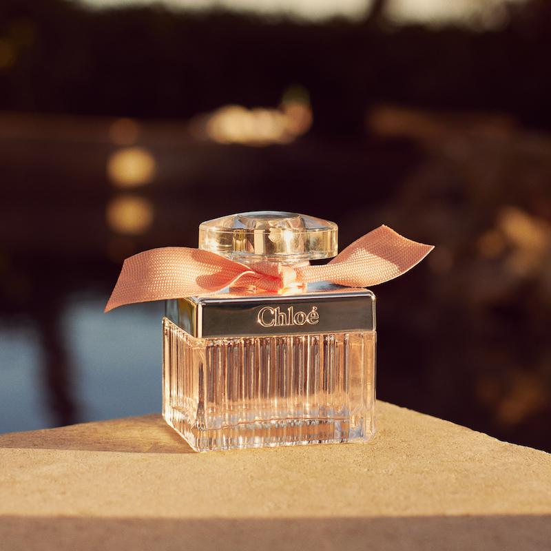 クロエスタイルを 象徴するサンレイプリーツが施されたアイコニックなキューブ型のボトルデザイン