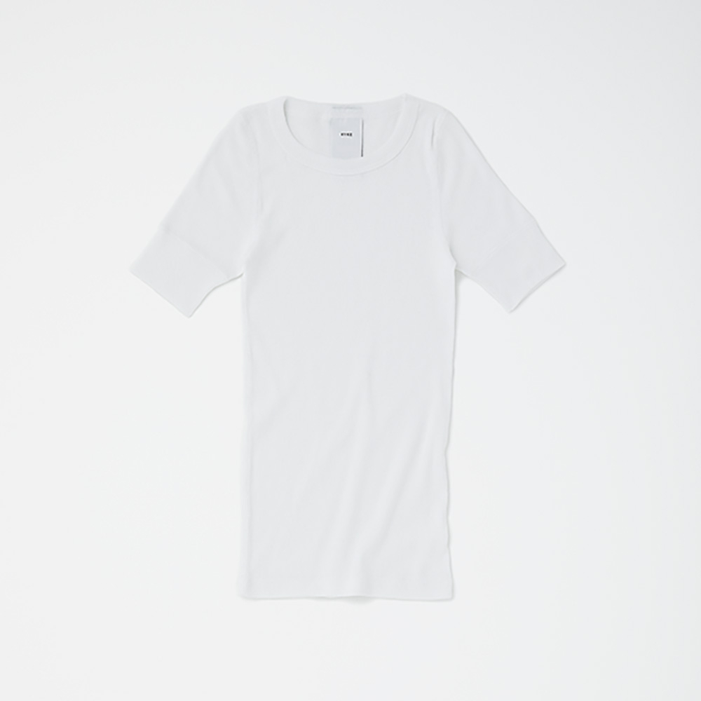 HYKE HALF SLEEVE PACKAGE WHITE ¥10,000(セット内容:HYKE HALF SLEEVE、STUFF BAG WHITE、THREE ソーラーティンティドグローフロー サシェ×7包、THREE バランシング クレンジング オイル R ミニボトル 5ml×1本/今夏発売予定)