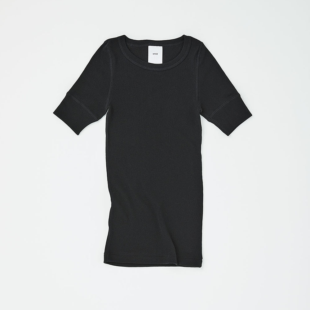 HYKE HALF SLEEVE PACKAGE BLACK ¥10,000(セット内容:HYKE HALF SLEEVE、STUFF BAG WHITE、THREE ソーラーティンティドグローフロー サシェ×7包、THREE バランシング クレンジング オイル R ミニボトル 5ml×1本/今夏発売予定)