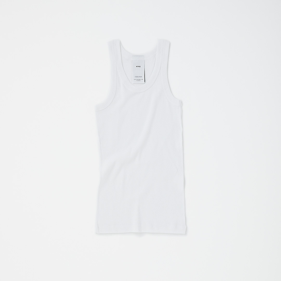 HYKE TANK TOP PACKAGE WHITE ¥8,700(セット内容:HYKE TANK TOP、STUFF BAG WHITE、THREE ソーラーティンティドグローフロー サシェ×7包、THREE バランシング クレンジング オイル R ミニボトル 5ml×1本/今夏発売予定)