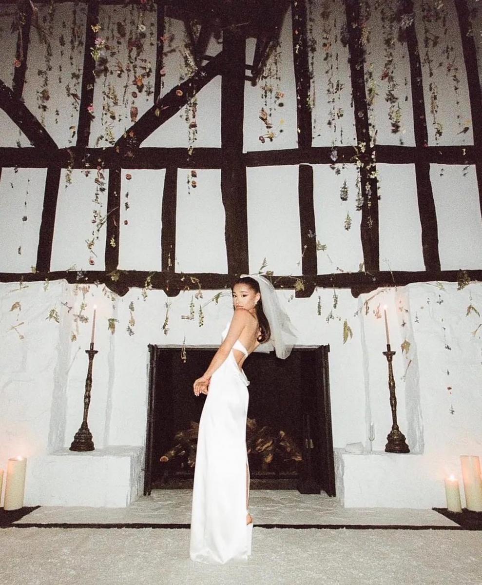 ウエディングドレスはヴェラ ウォンがデザイン。