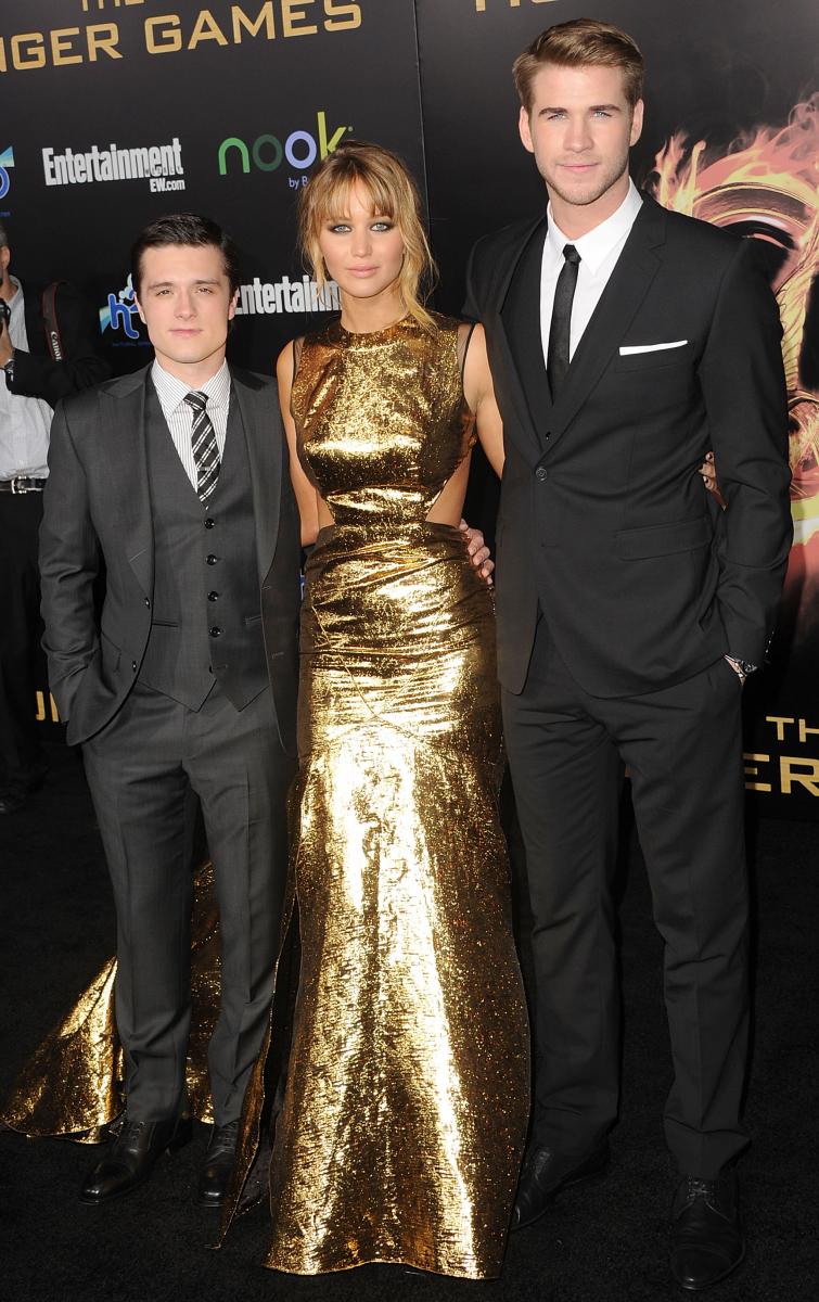 映画『ハンガー・ゲーム』のLAプレミアに、プラバル・グルンのゴールドに輝くドレスで共演のジョシュ・ハッチャーソン(26)、リアム・ヘムズワース(29)と登場。映画は大ヒットし、一躍ハリウッドを代表する人気女優に!