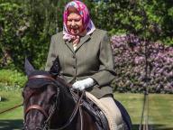 乗馬スタイルにも気品が漂う! 94歳のエリザベス女王、ロックダウン後初の屋外写真が公開される