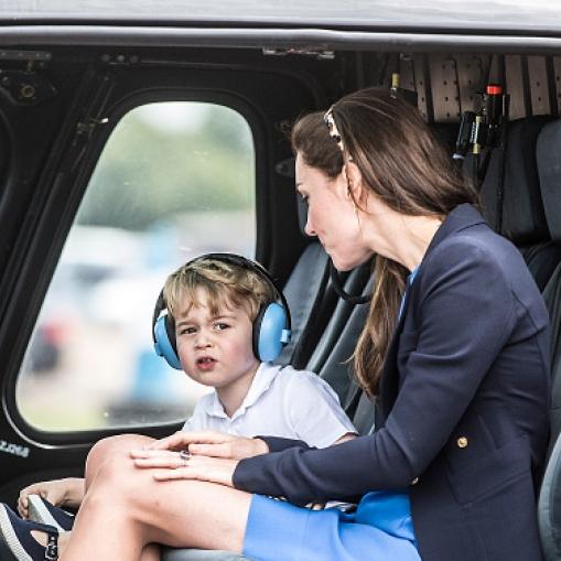 初めての公務同行を果たしたジョージ王子。飛行機に大興奮! - セレブニュース   SPUR