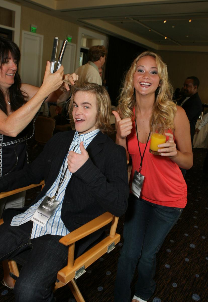 2007~2009年にコメディドラマ『The Bill Engvall Show(原題)』にレギュラー出演。ジェニファーのファニーガールな一面はこの時期に開花? 共演のグレアム・パトリック・マーティン(27)と楽屋でリラックスした表情。